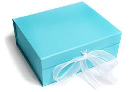 błękitne pudełko z prezentem